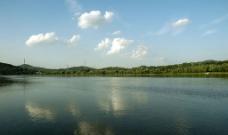 白云映绿水图片