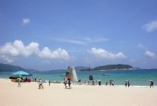 海南蓝天白云海滩图片