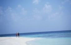 情侣沙滩散步图片