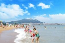 海边游泳的人们图片