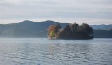 泸沽湖-如画的湖中岛图片