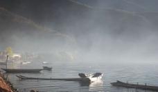 泸沽湖-薄雾下的湖边景图片