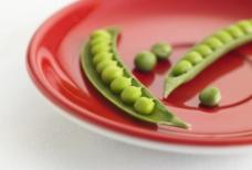 红盘子里的豌豆图片